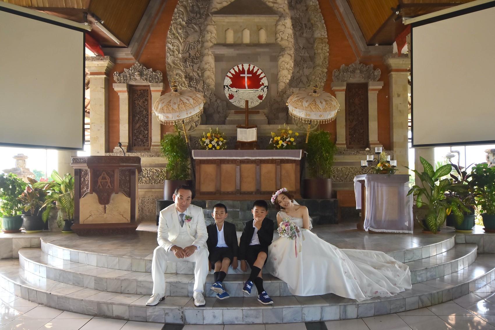 教会の祭壇前に座って