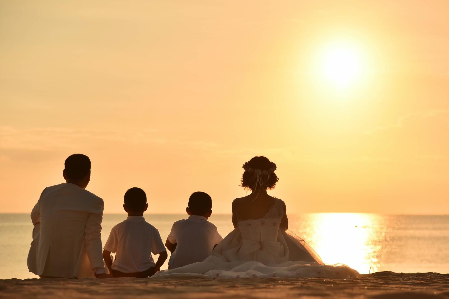 海を眺める家族みんなの背中