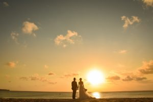 海を眺める二人の背中