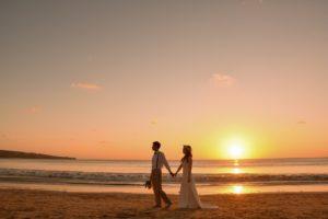 バリ島の夕日をバックにフォトウェディング