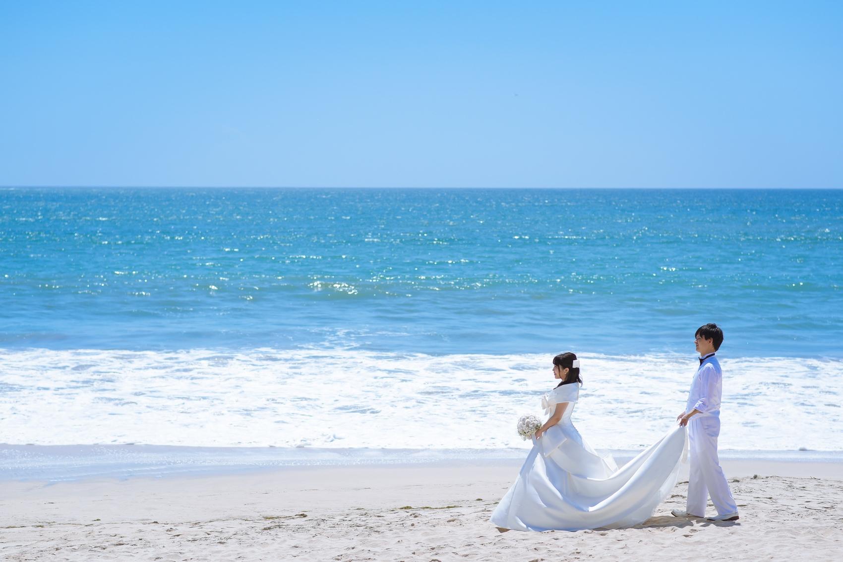 トレーンを持ってビーチをお散歩