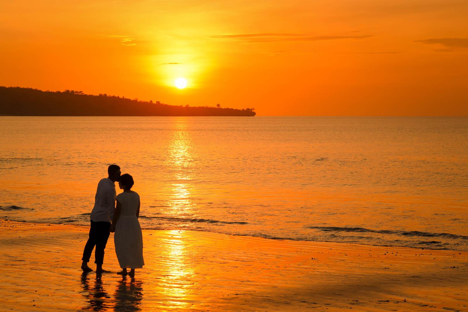 バリ島の夕日の中で
