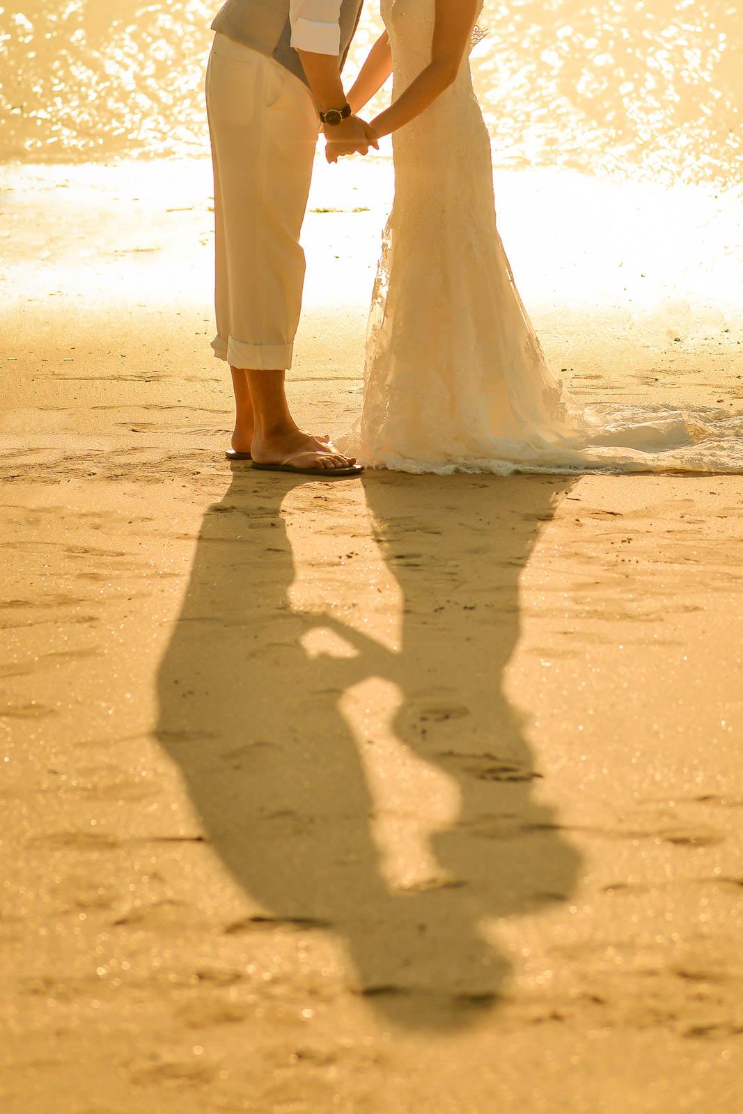 砂に写る二人のシルエット