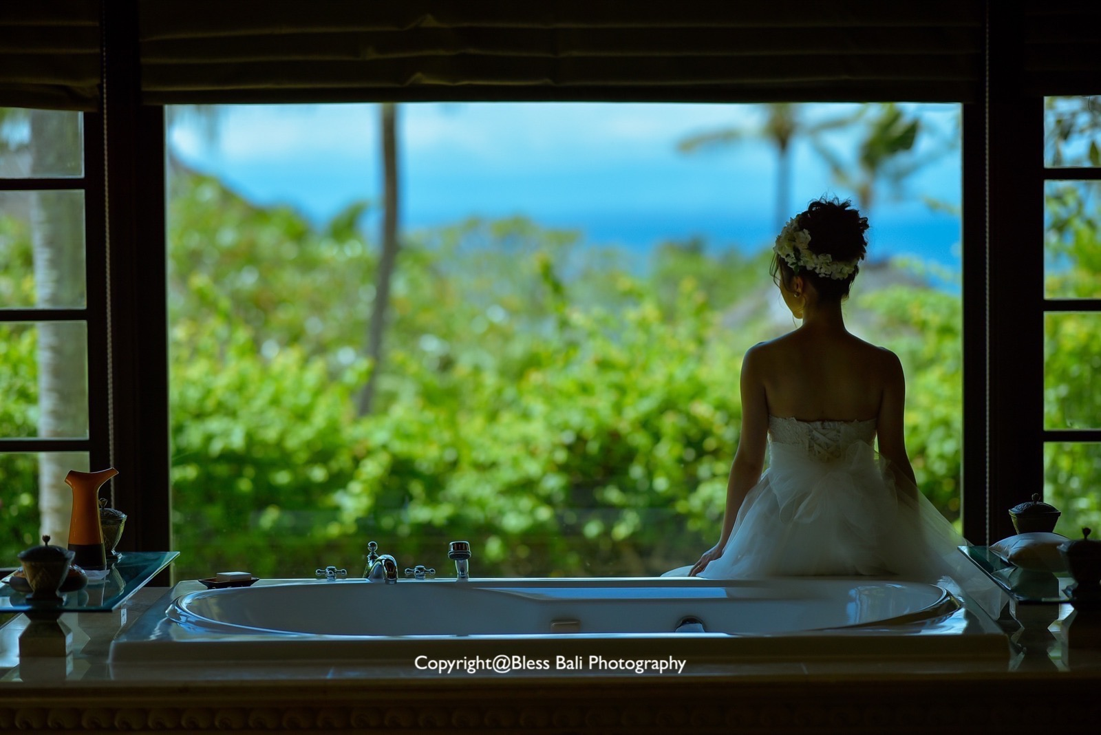 アヤナリゾート バスルームから見晴らす景色と花嫁様