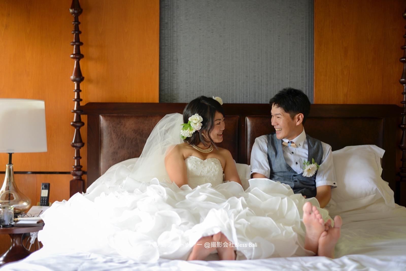 ベッドでリラックスした表情のお二人。ドレスとセットアップはお持ち込みです