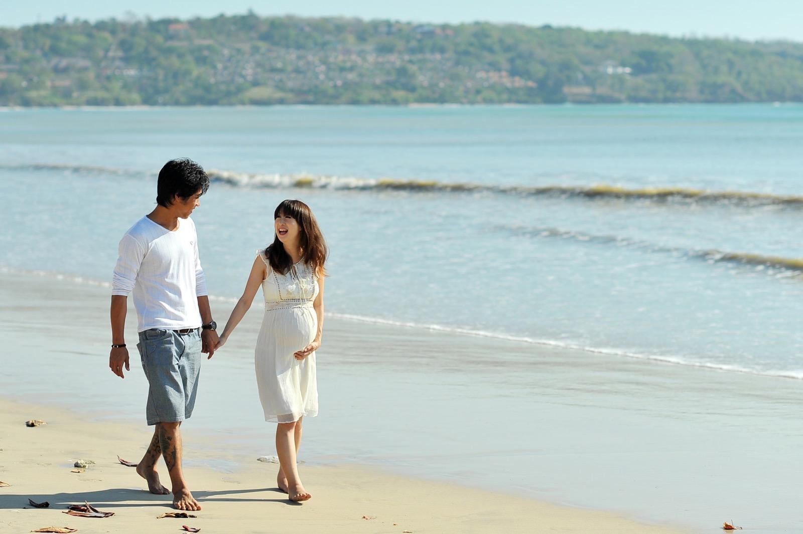 バリ島ビーチを歩く新郎新婦