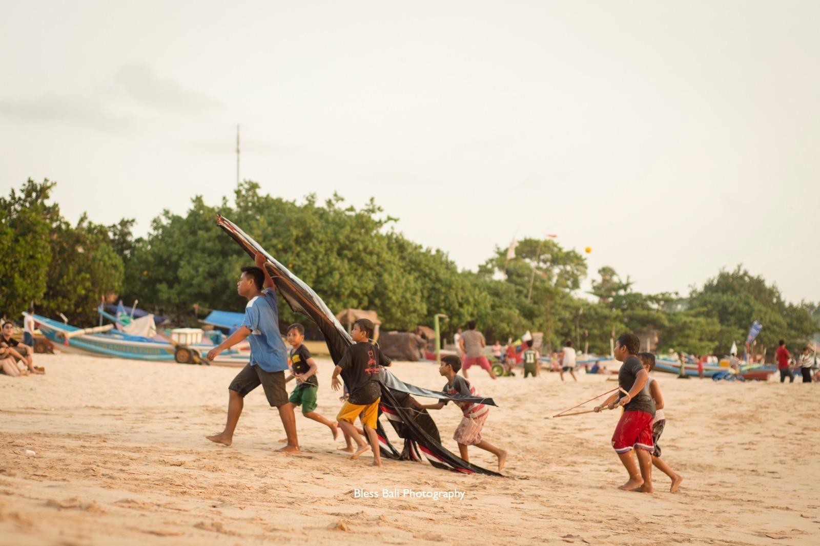 タコで遊ぶバリの子供達