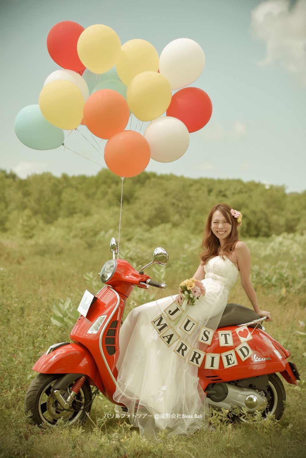 花嫁と真っ赤なバイクと風船