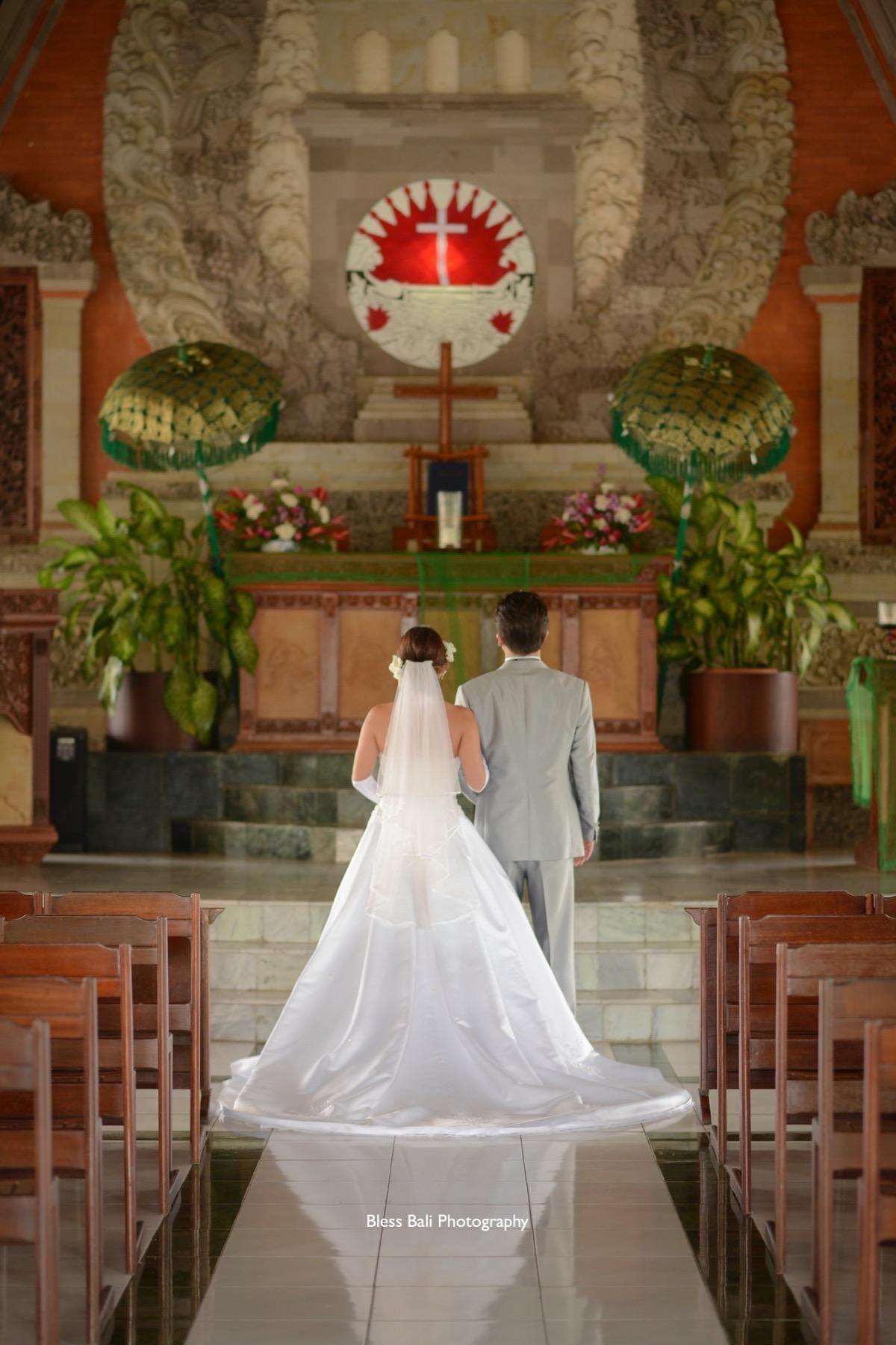 ヌサドゥア教会の祭壇前