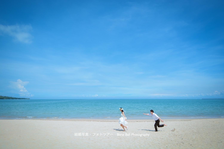 バリ島ビーチを走る新郎新婦