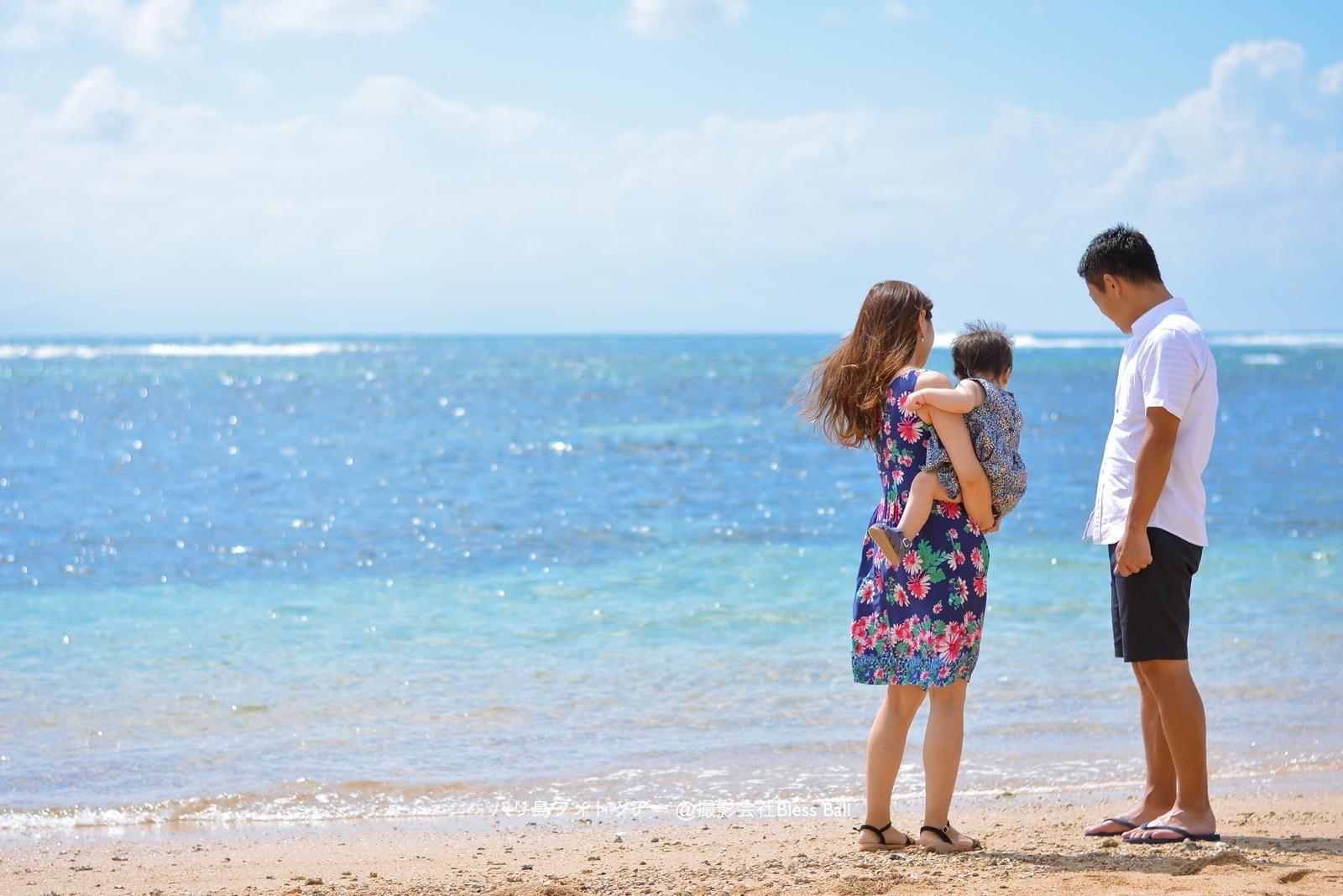 バリ島ビーチで家族フォト 後ろ姿
