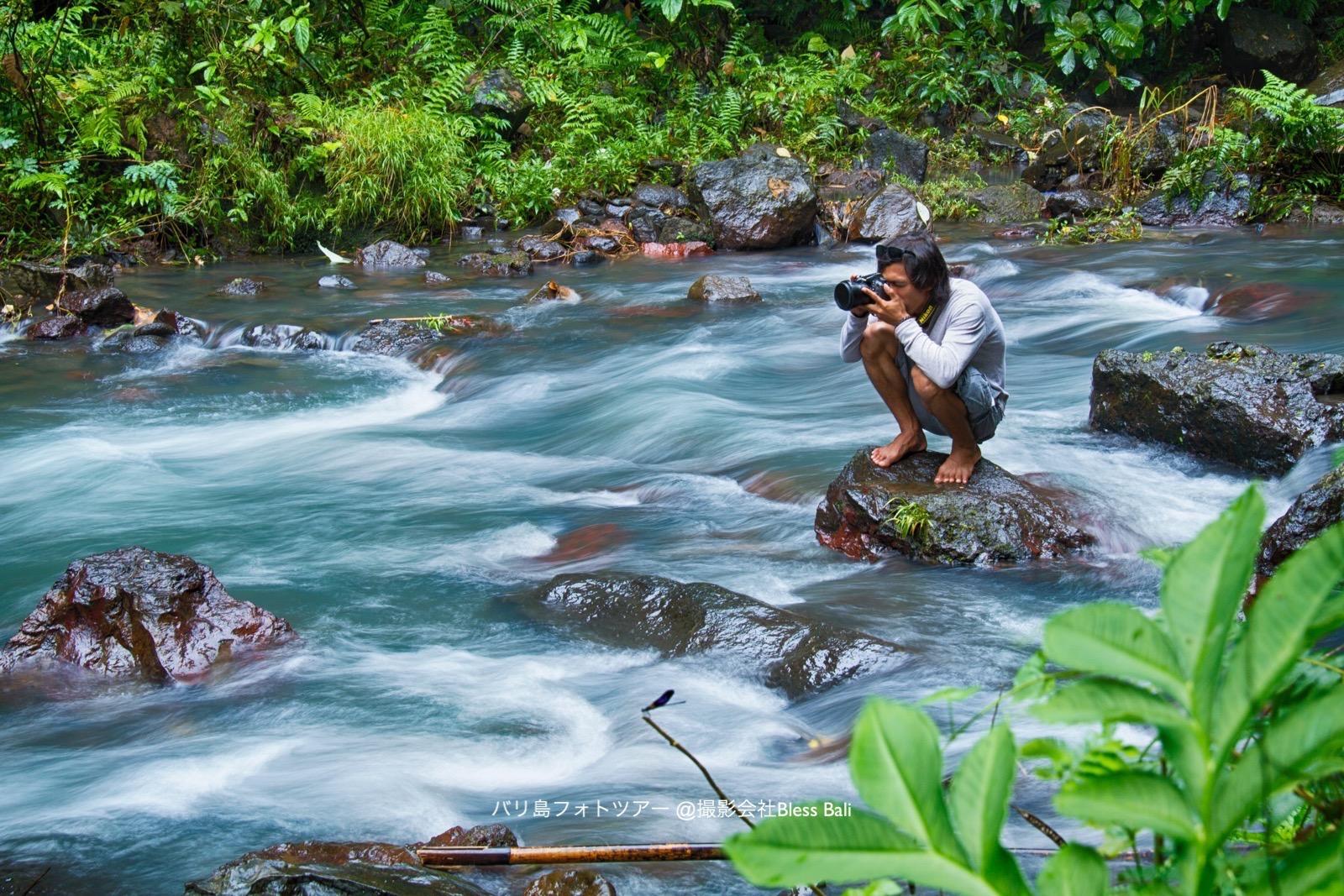 川の流れを撮影するティノ兄貴