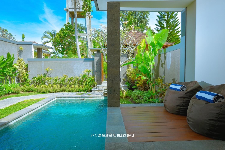Villa Padma オープンリビングとプール