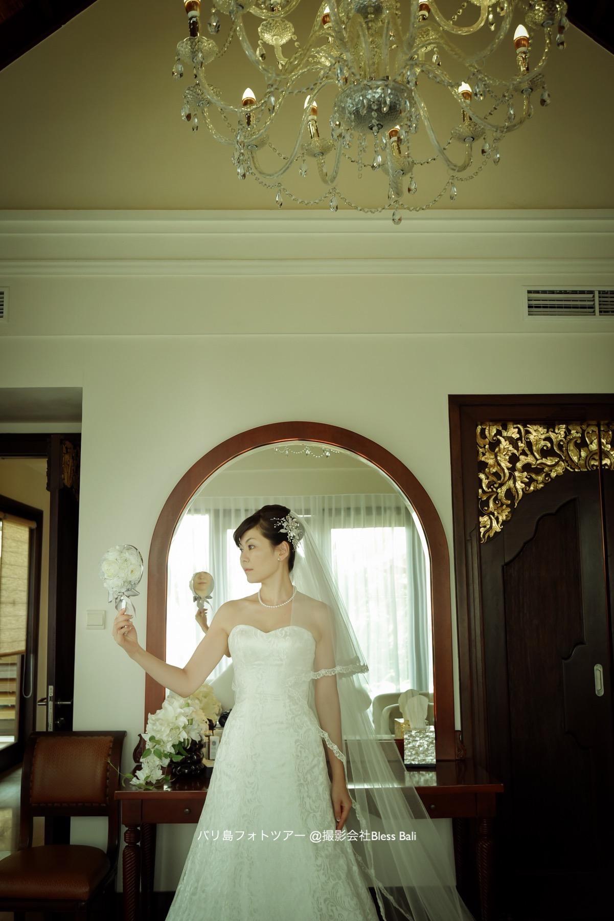 ヘアメイク後、鏡を覗き込む花嫁様