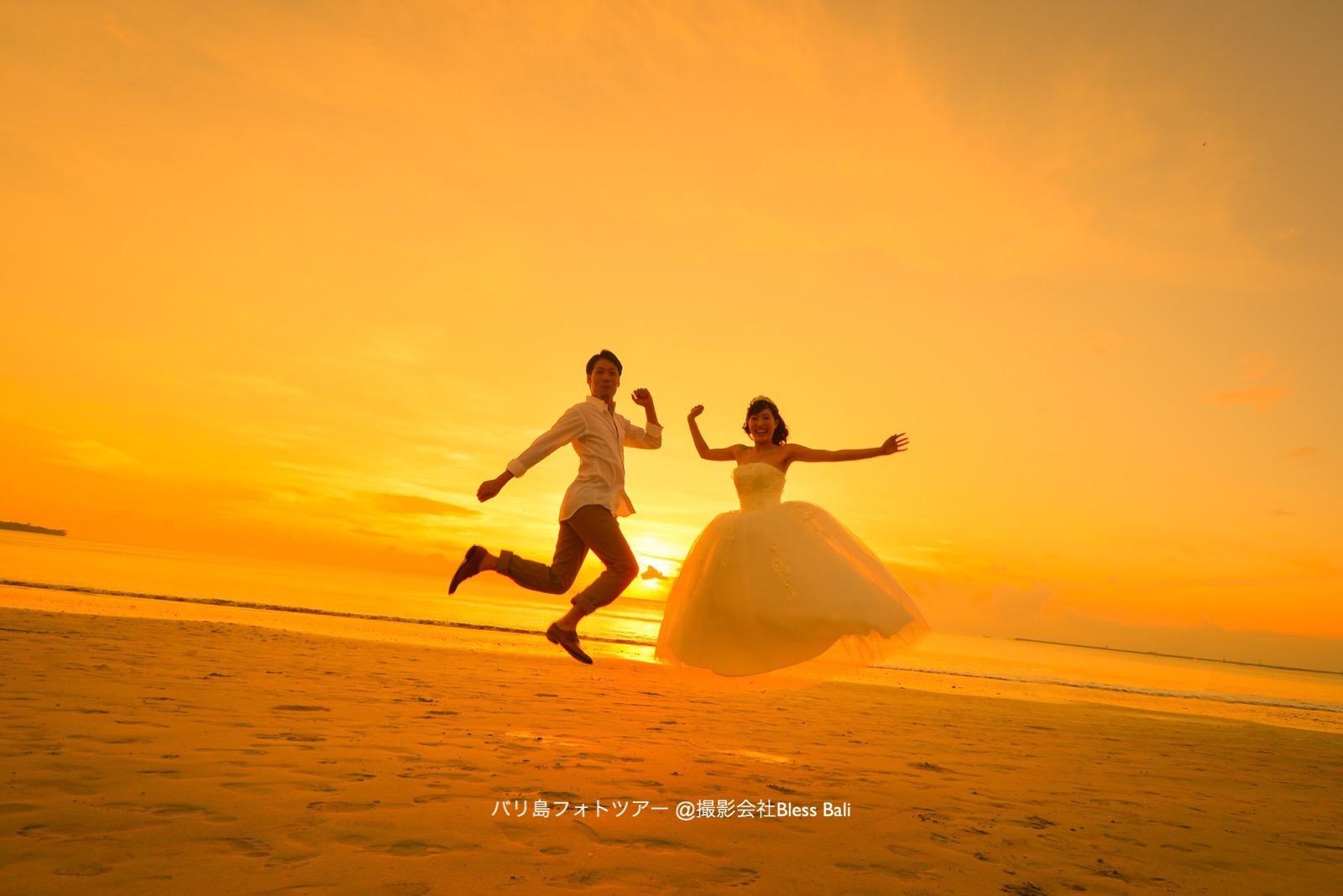 バリ島夕日をバックにジャンプ