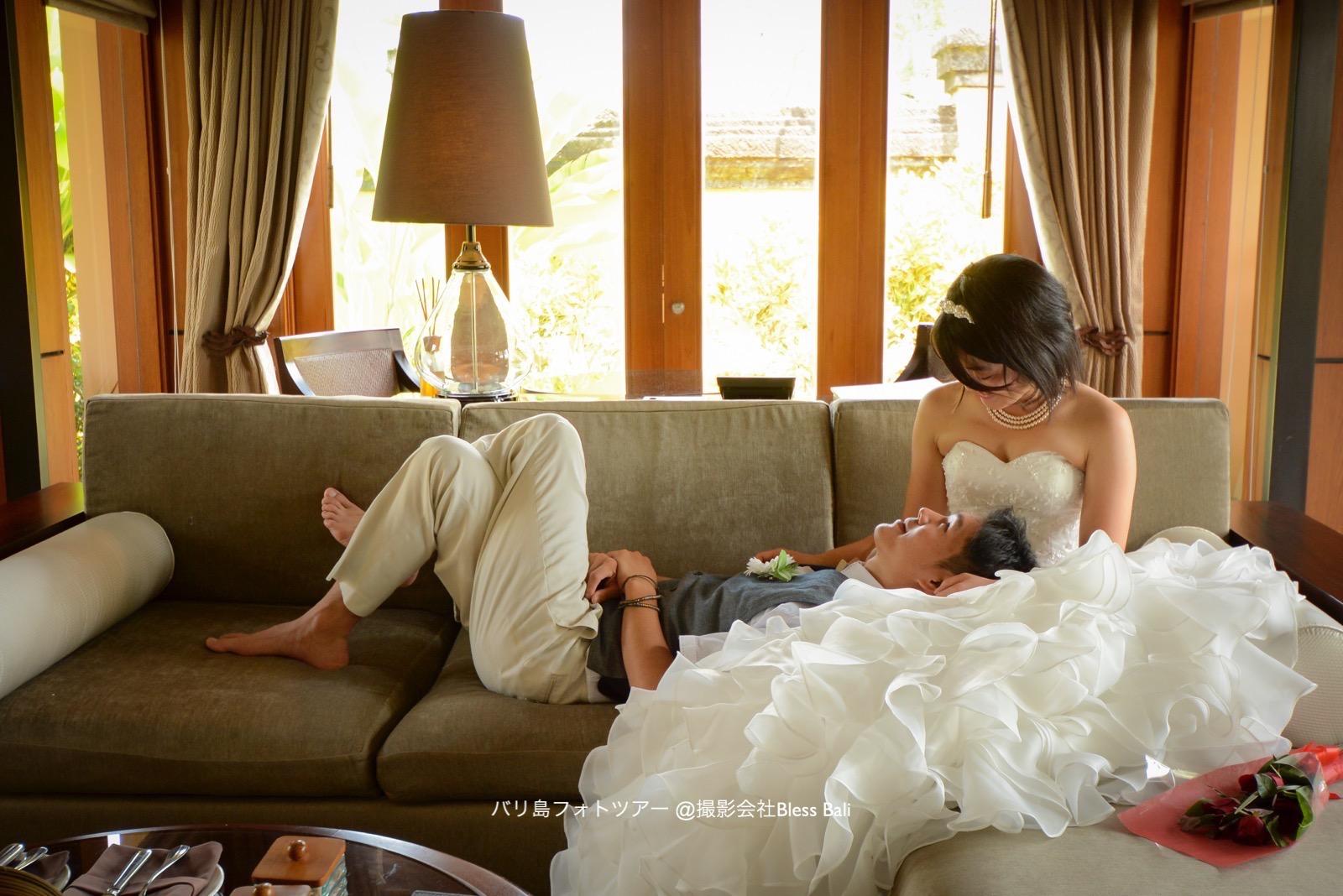 リビングで寛ぐお二人、花嫁様が花婿様を膝枕♡