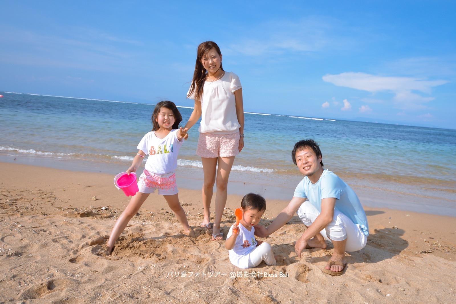 砂遊び中の子供達の自然な笑顔を撮影