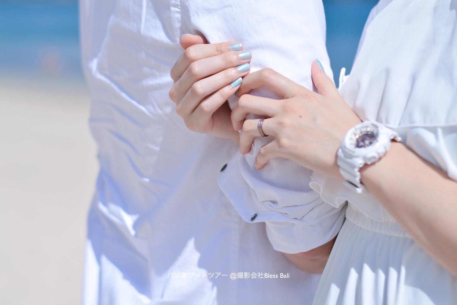白い服に合わせた白い時計がお洒落!