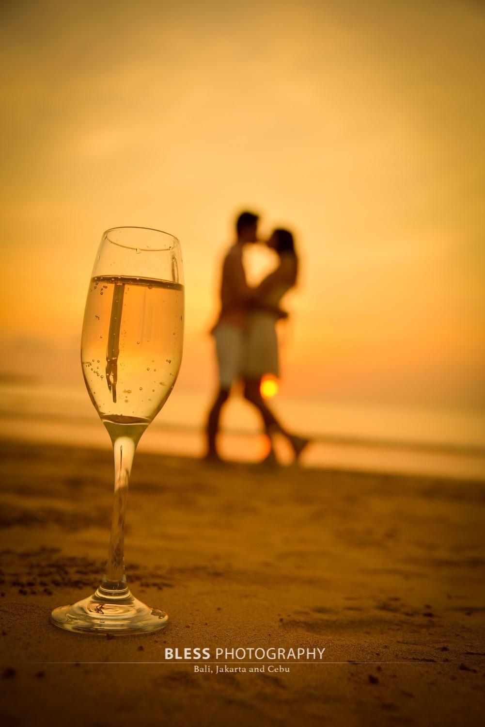 シャンパンをバックにロマンチックな1枚