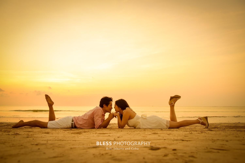 砂浜に仲良く寝転んで