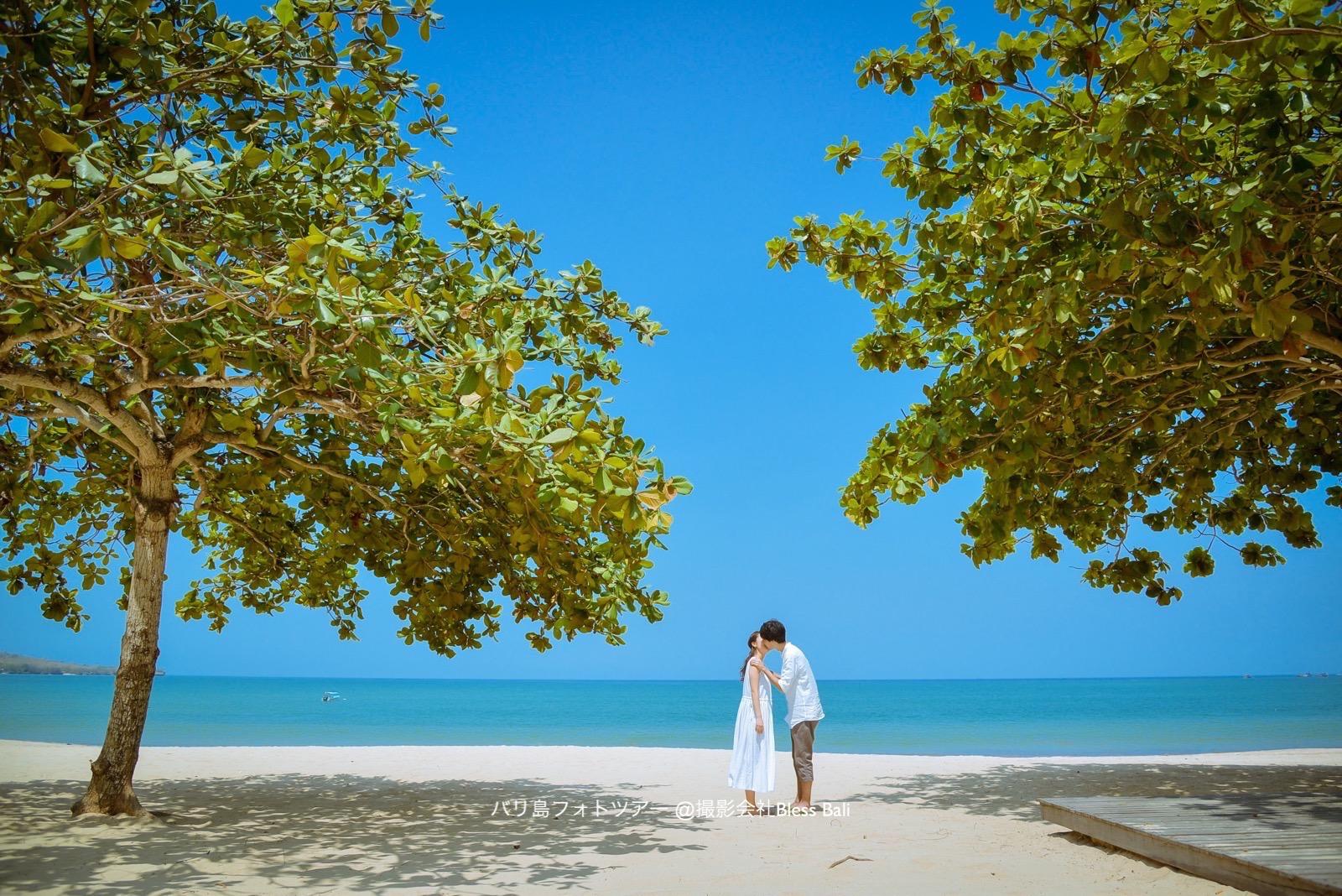 ジンバランの真っ青な海と水平線をバックに