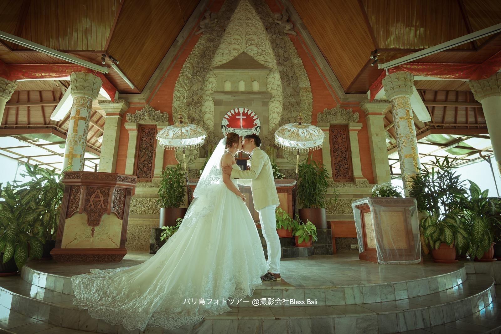 祭壇で誓いのキス