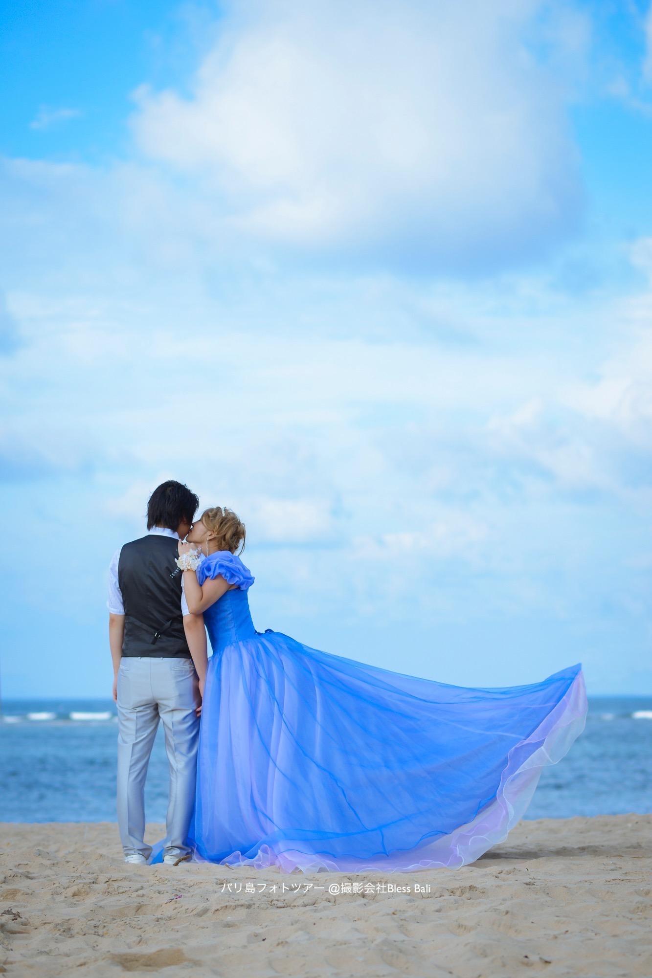 ベノアビーチで撮影。花婿にほっぺキス♪