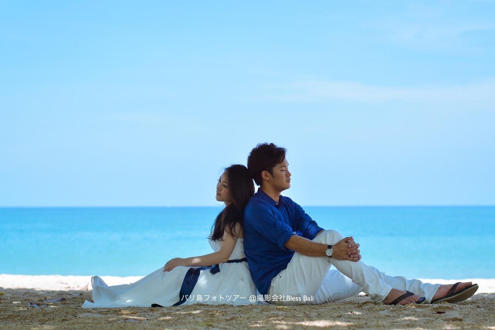 青い空と海を入れて背中合わせショット