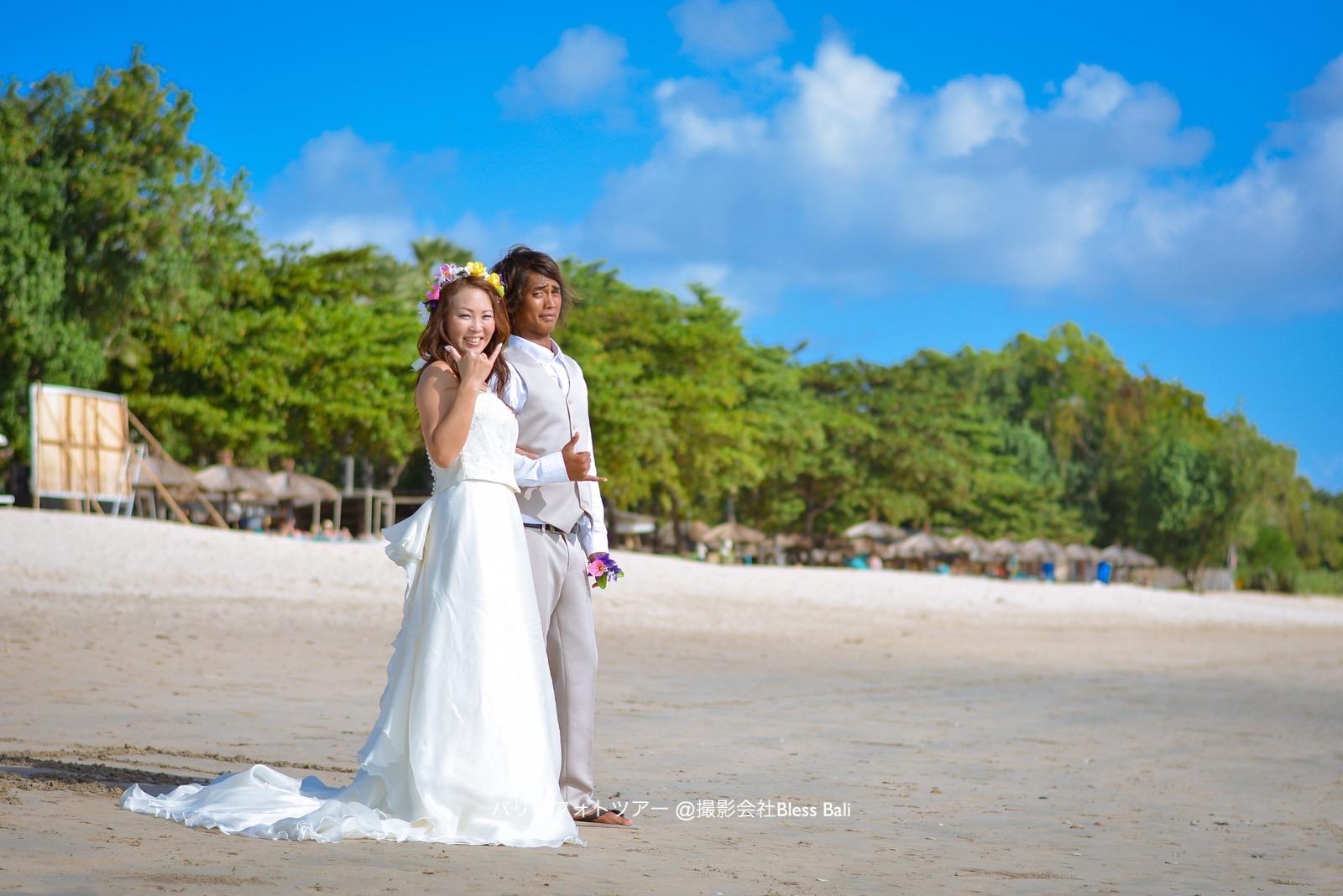 バリ島ビーチの新郎新婦
