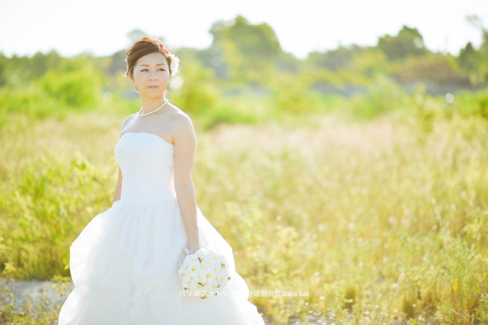 自然の中に佇む花嫁様をナチュラルな雰囲気で撮影