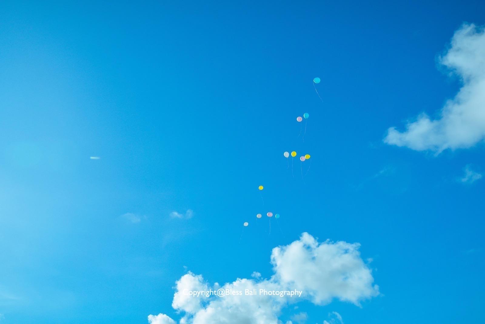 空高く飛んでいくバルーン