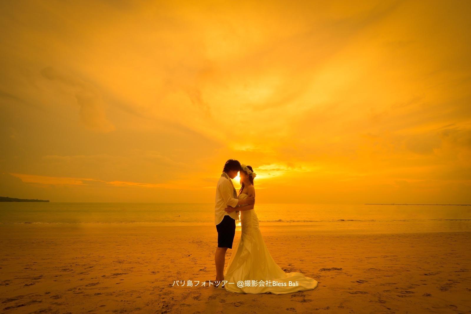 幻想的な夕日をバックに見つめ合うお二人を撮影
