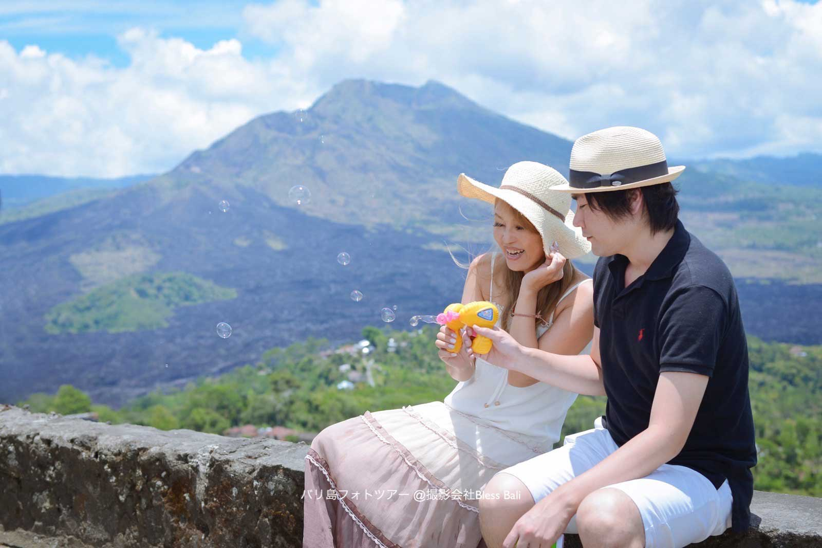 絶景のキンタマーニ高原で、お持ち込みのシャボン玉を使ってキュートに