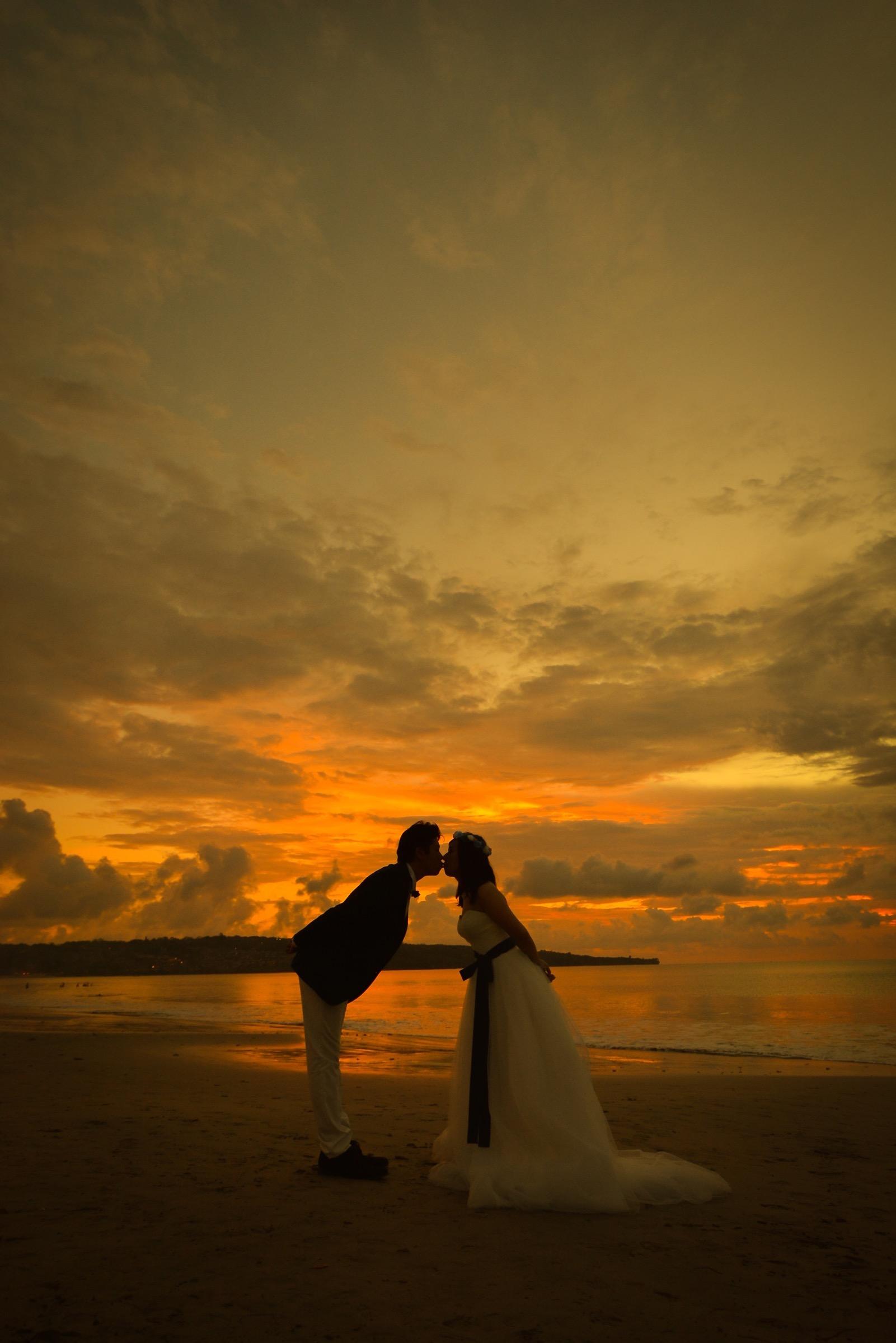 バリ島の夕日をバックにキスショット