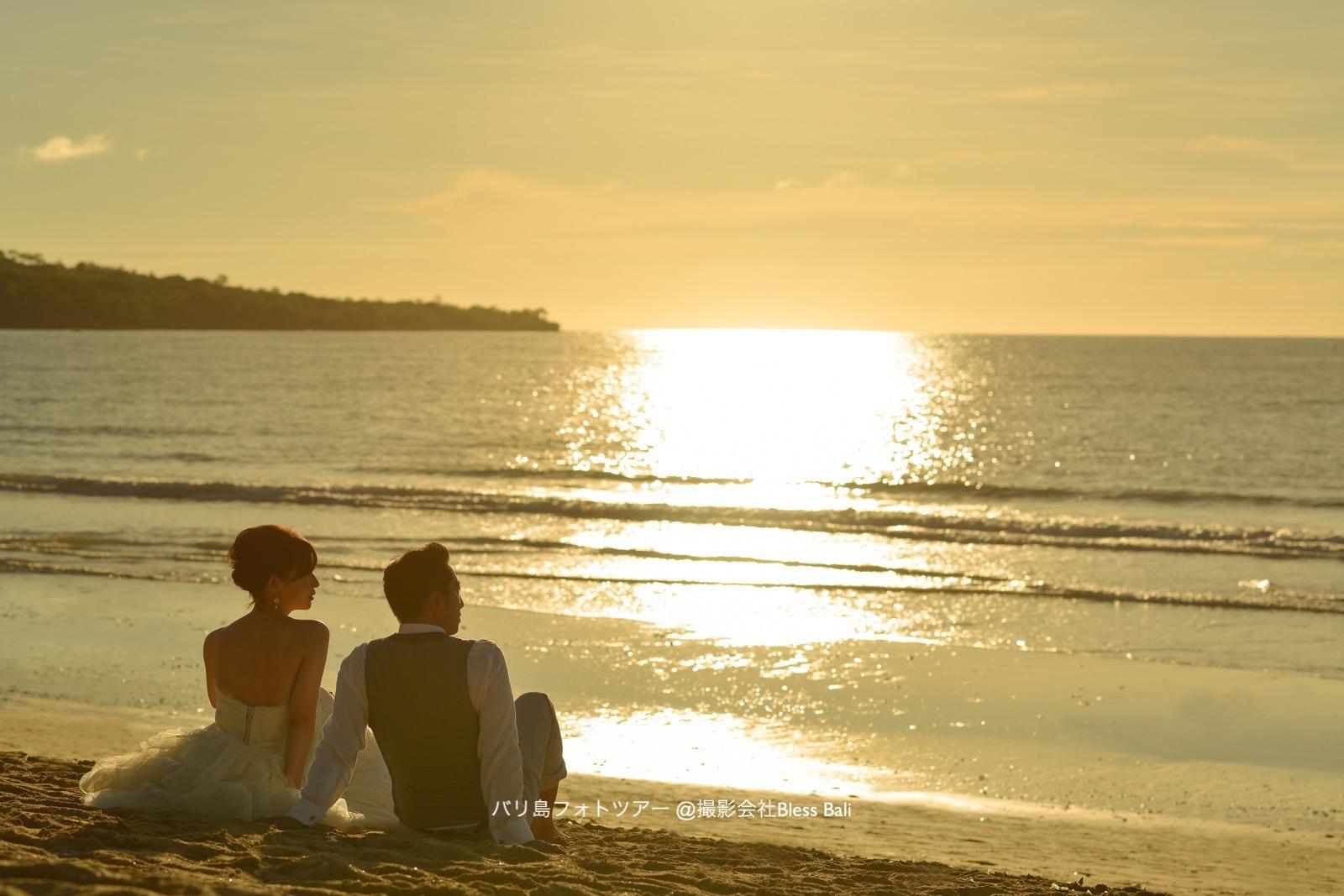 バリ島サンセットフォト 夕日にたそがれるお二人