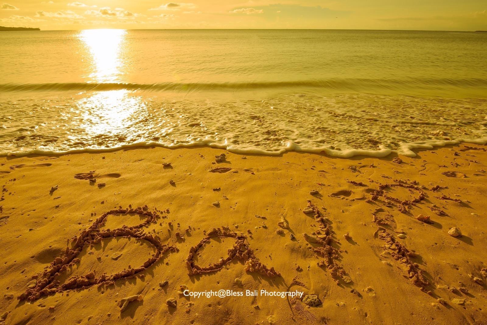 砂浜にBaliを書いて想い出に