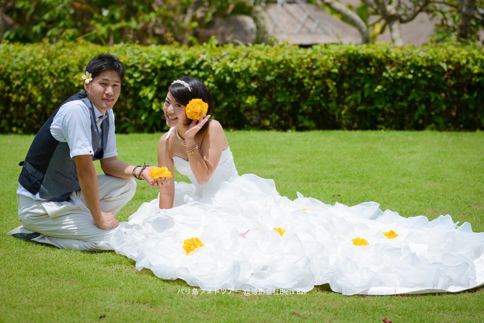 広々としたヴィラガーデンでドレスを広げて。オレンジ色のお花がアクセントに