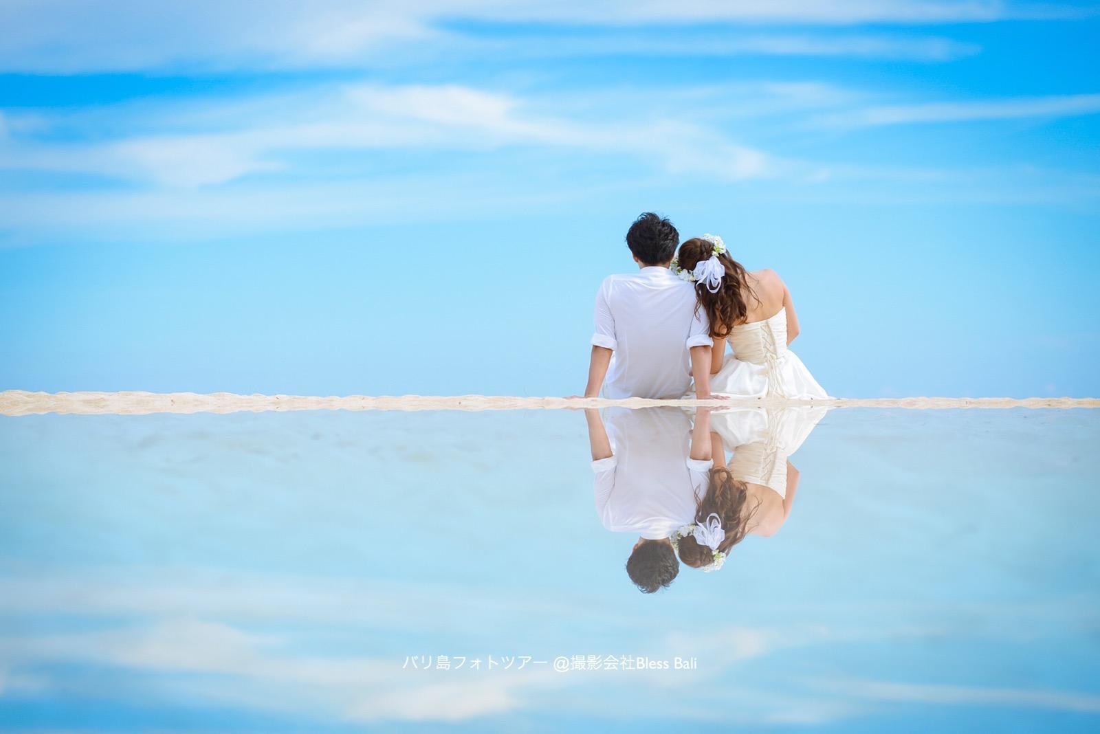 海を眺める新郎新婦の反射カット