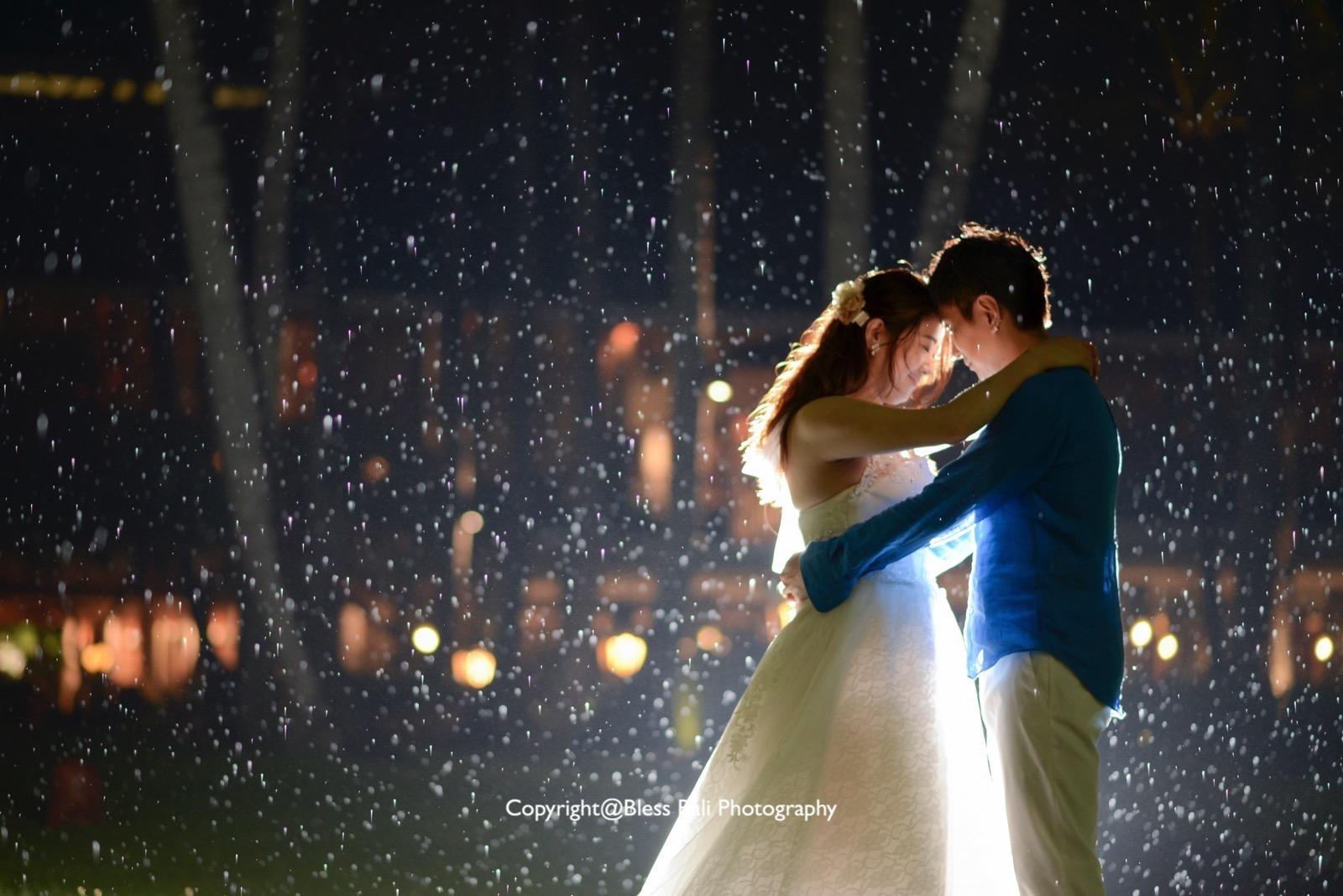 雨の中で抱き合う新郎新婦様
