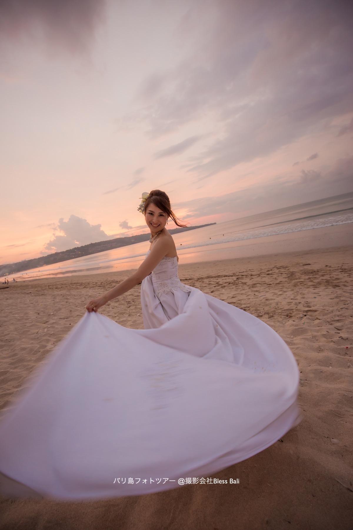 サンセットビーチで踊る花嫁さま