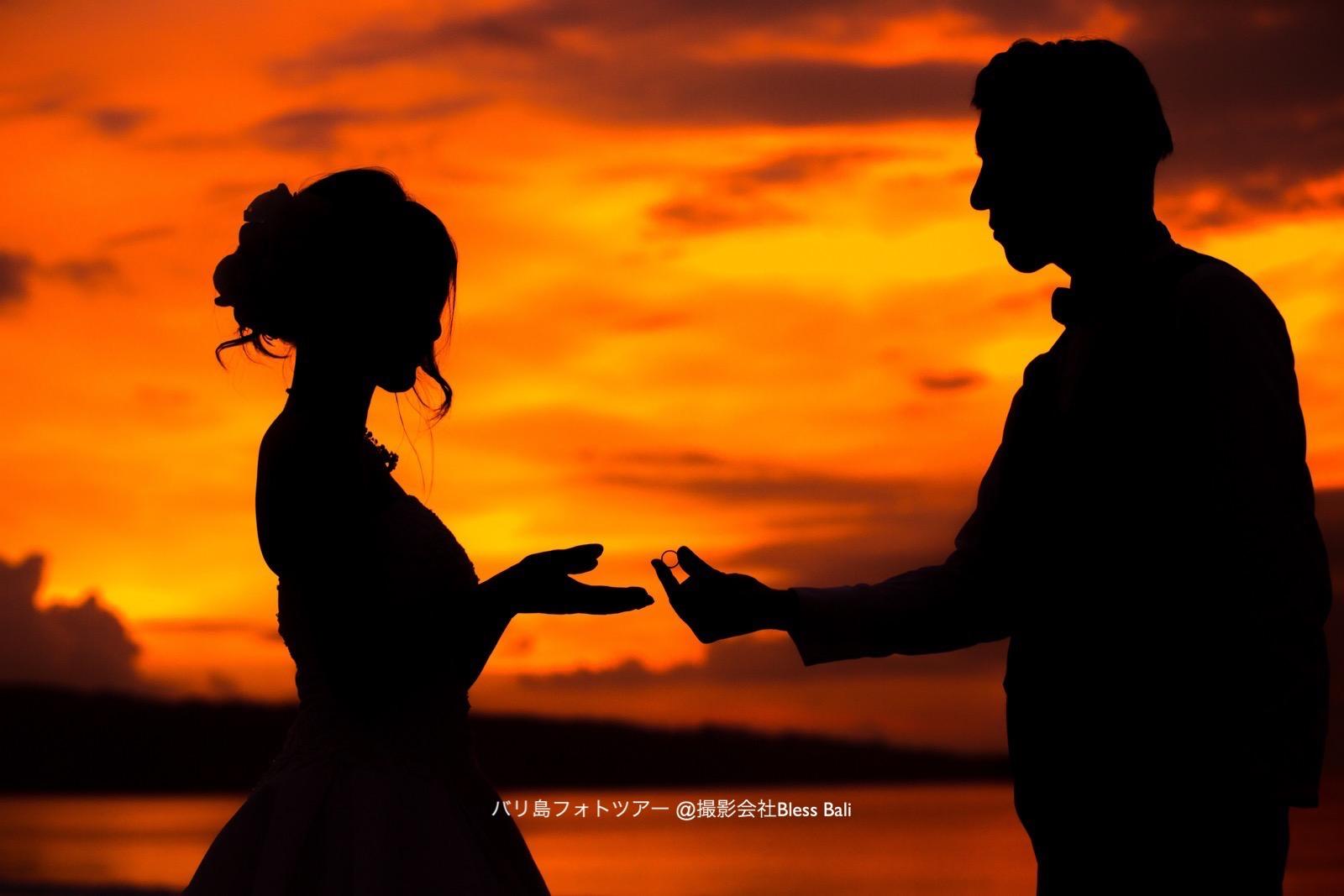 サンセットフォト 結婚指輪を渡す新郎様