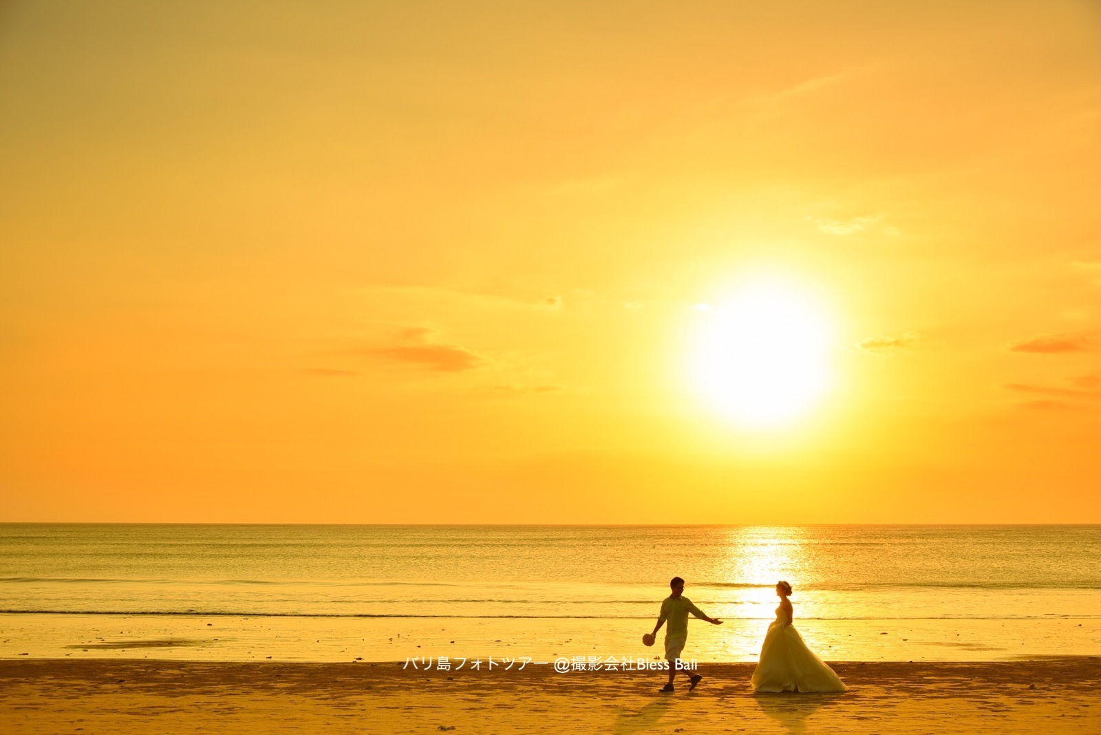 ロマンチックな夕日の中を歩く新郎新婦