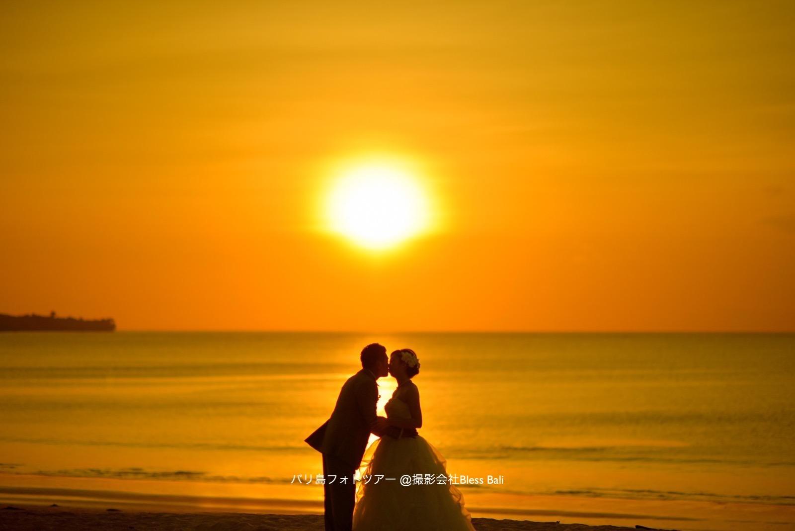 ジンバランビーチでの夕日をバックにシルエットキスカット