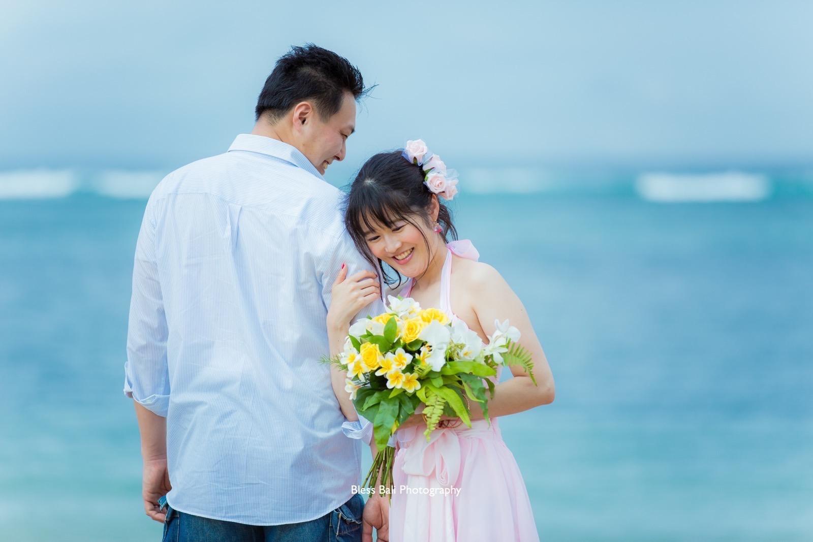 花婿にもたれて微笑む花嫁様