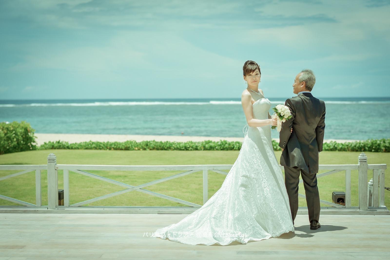 海をバックに微笑む花嫁