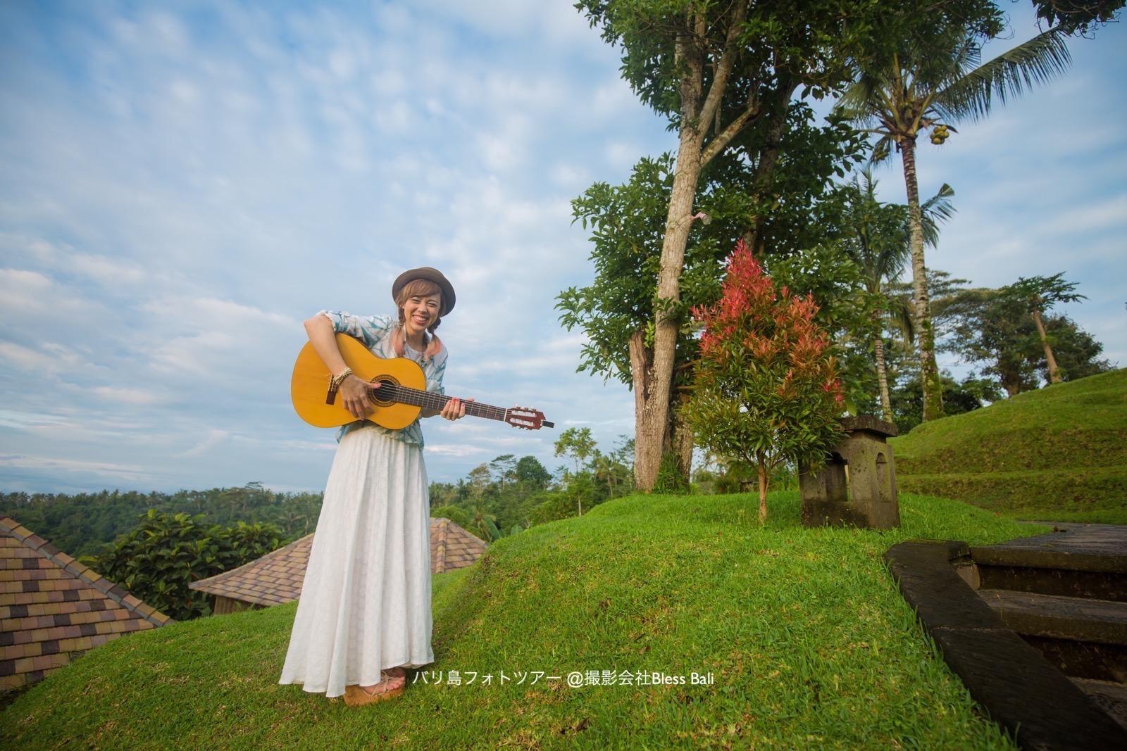 明るくなってきた空をバックにギターを演奏しながら歌っていただきました