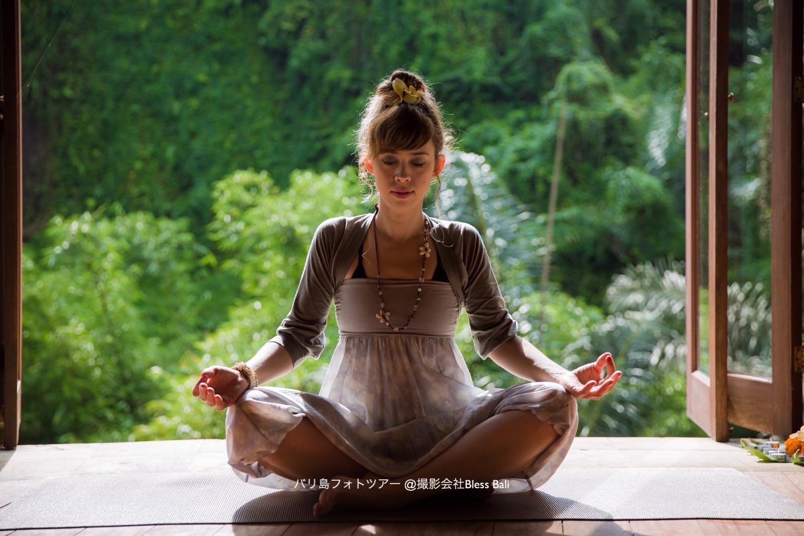 バグースジャティのヨガパビリオンで瞑想ポーズ