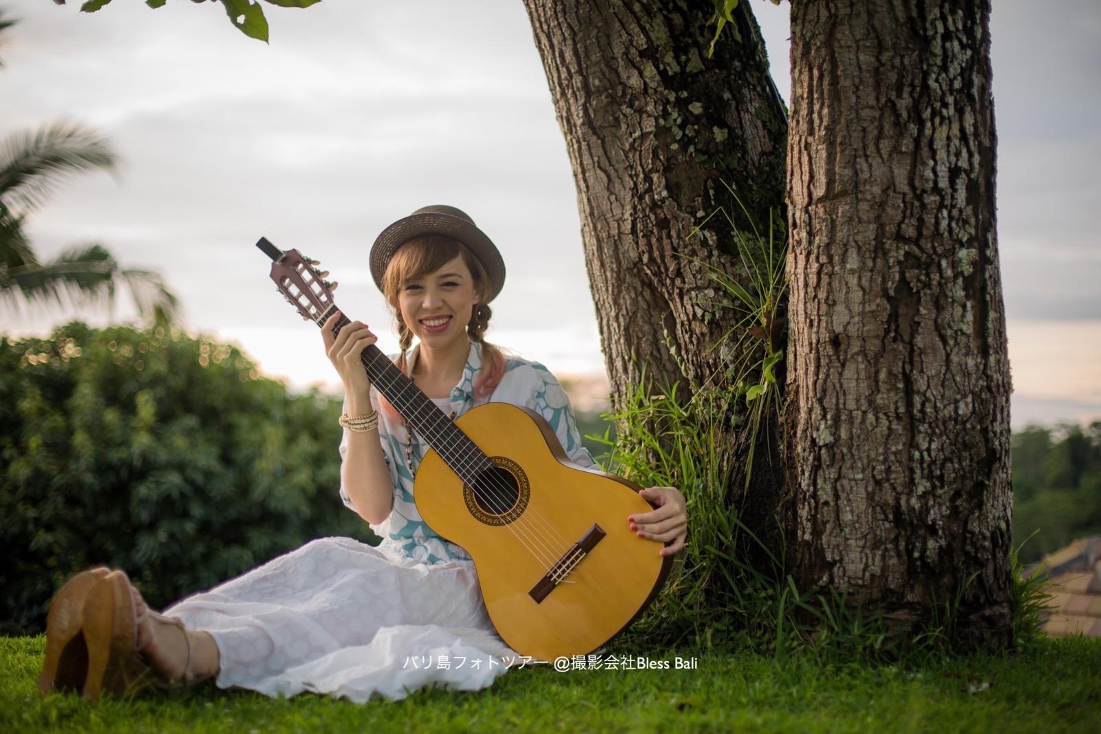 バグースジャティの雰囲気がある木の下でギターを一緒に撮影