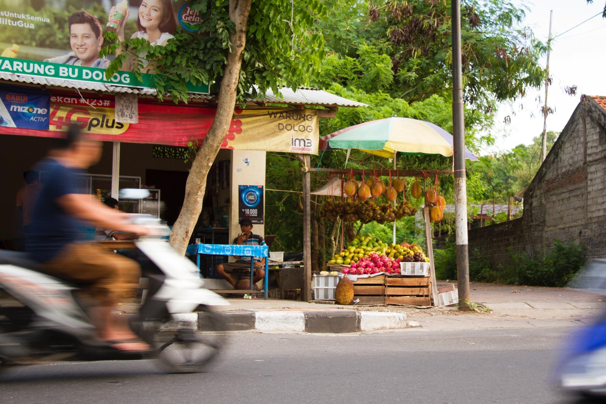 バリ島の道端で売られているドリアン