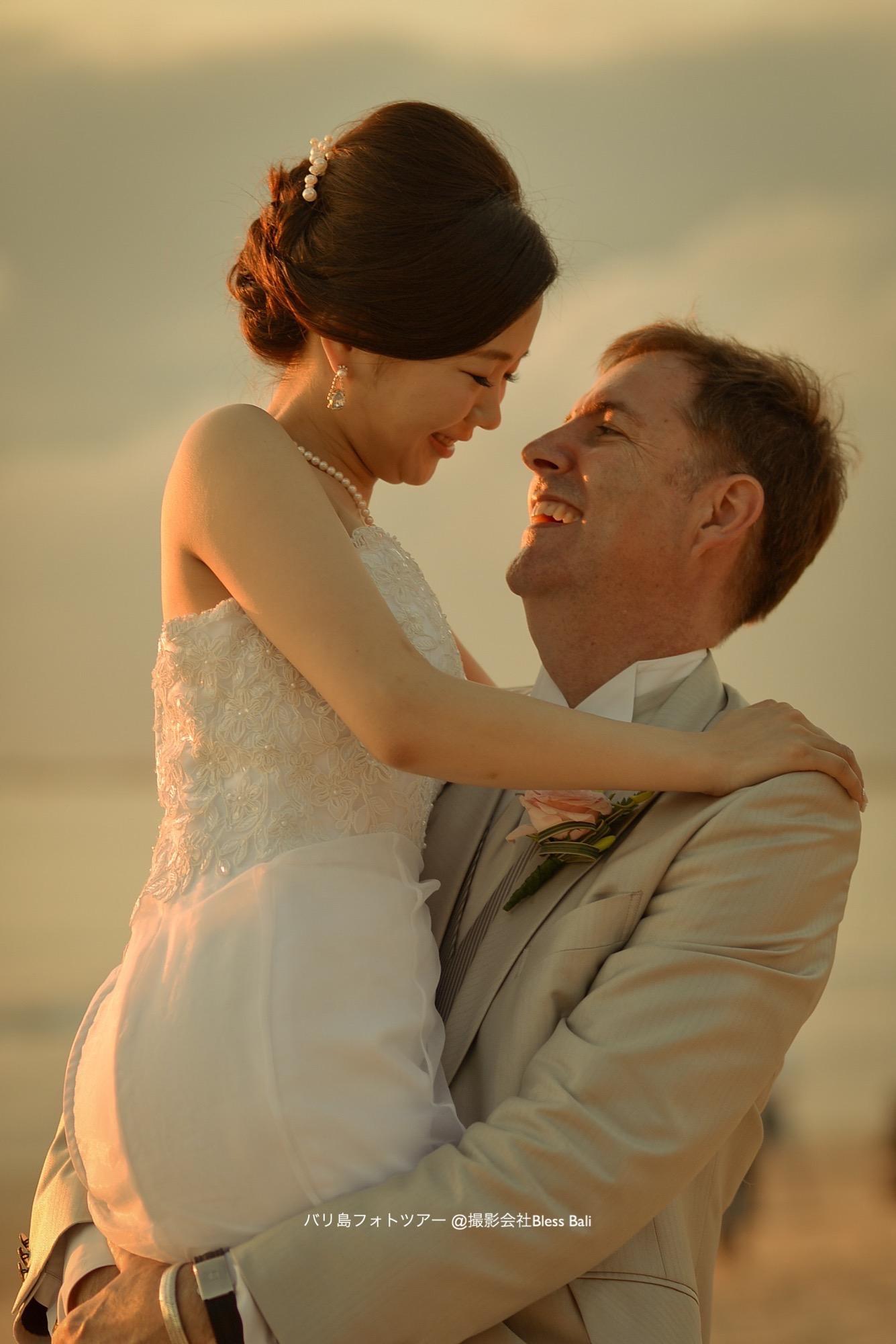 花嫁を抱き上げる花婿